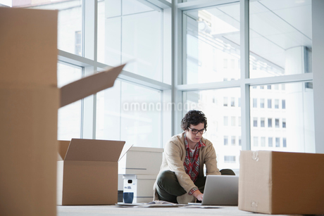 young businessman unpacking officeの写真素材 [FYI02287371]