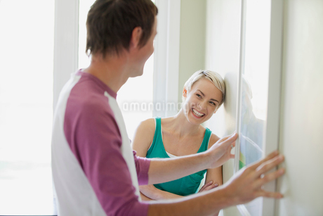 couple hanging pictures togetherの写真素材 [FYI02287392]