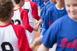 boys baseball teams shaking hands after gameの写真素材 [FYI02287409]