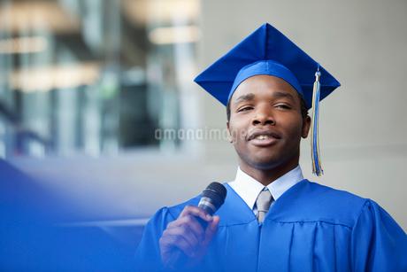 male valedictorian speaking at graduationの写真素材 [FYI02287426]