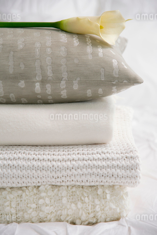 Close-up of folded bedding on bed.の写真素材 [FYI02287483]