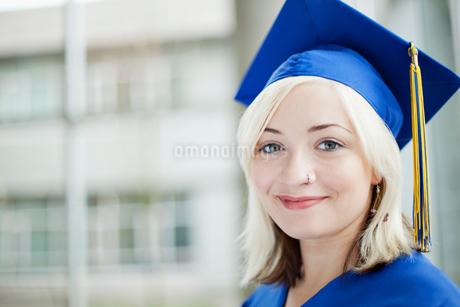 portrait of graduate in cap and gownの写真素材 [FYI02287516]