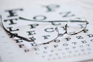 eyeglasses lying on eye chartの写真素材 [FYI02287563]