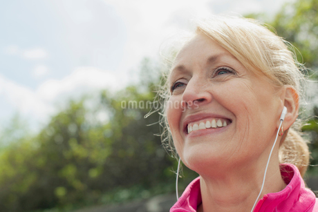 Close-up of senior woman with earphones.の写真素材 [FYI02287576]