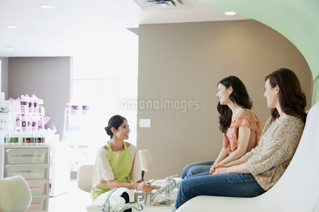 woman discussing spa treatmentの写真素材 [FYI02287612]
