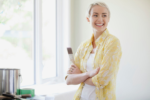 pretty, mid adult woman prepping to paintの写真素材 [FYI02287654]