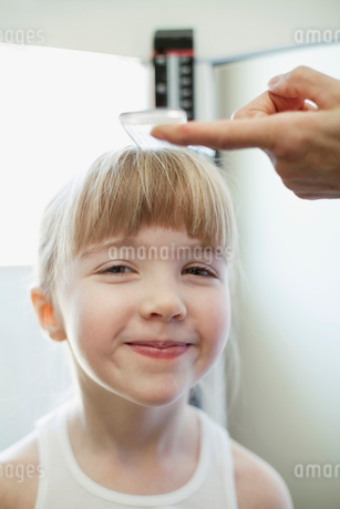 young girl having height measuredの写真素材 [FYI02287767]