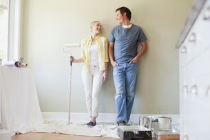 mid adult couple getting ready to paintの写真素材 [FYI02287777]