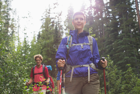 four people backpacking through the woodsの写真素材 [FYI02287786]