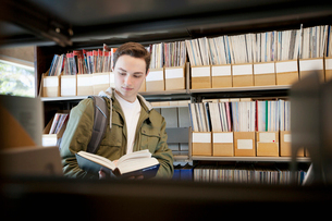 male college student in the libraryの写真素材 [FYI02287801]