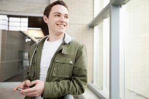 college men using smart phoneの写真素材 [FYI02287802]