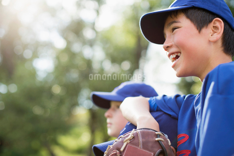 members of boys baseball team watching from the sidelinesの写真素材 [FYI02287812]