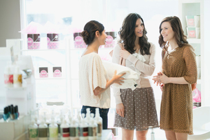 women choosing beauty products at spaの写真素材 [FYI02287815]