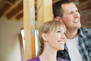 happy mid adult couple in house renovationの写真素材 [FYI02287838]
