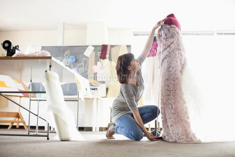 clothing designer measuring creation on dress formの写真素材 [FYI02287943]