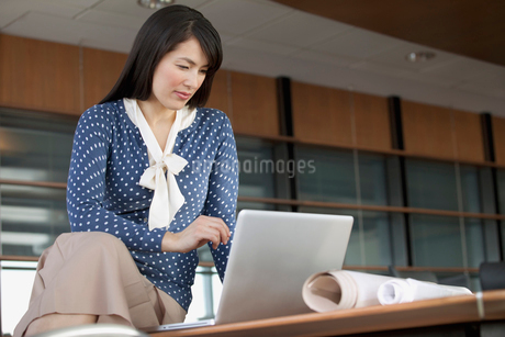 pretty businesswoman in modern officeの写真素材 [FYI02287955]