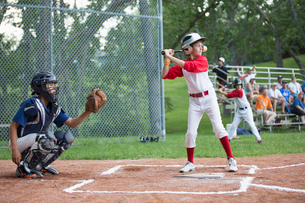 Young male baseball player ready to bat at home.の写真素材 [FYI02287994]