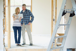 middle aged couple making renovation plansの写真素材 [FYI02287995]