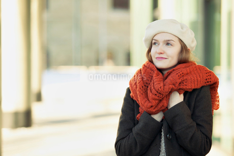 pretty young woman bundled up for a walkの写真素材 [FYI02288013]