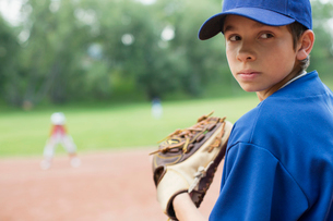 Young baseball pitcher looking back.の写真素材 [FYI02288066]