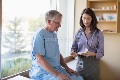 female doctor advising senior patient on medicationsの写真素材 [FYI02288081]