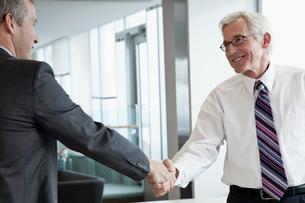 business men shaking handsの写真素材 [FYI02288107]