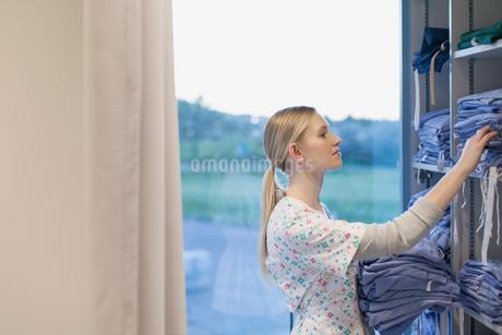 nurse checking hospital gown suppliesの写真素材 [FYI02288133]