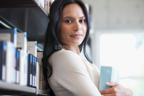 pretty college student in the libraryの写真素材 [FYI02288137]