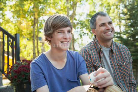 Happy son and father looking away in yardの写真素材 [FYI02288138]