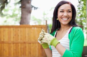 pretty, mid adult woman in her backyardの写真素材 [FYI02288153]