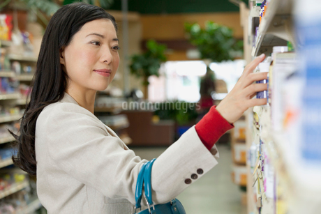 woman shopping in a drug storeの写真素材 [FYI02288215]