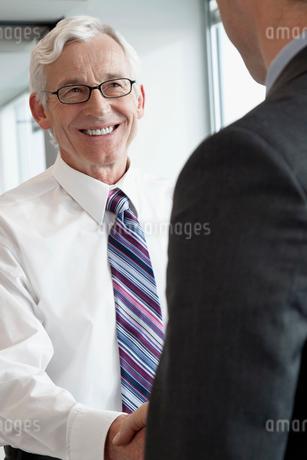 business men shaking handsの写真素材 [FYI02288222]