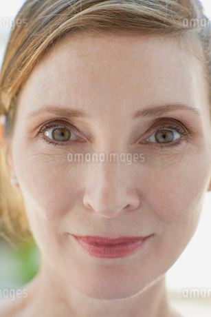 portrait of red headed middle aged womanの写真素材 [FYI02288311]