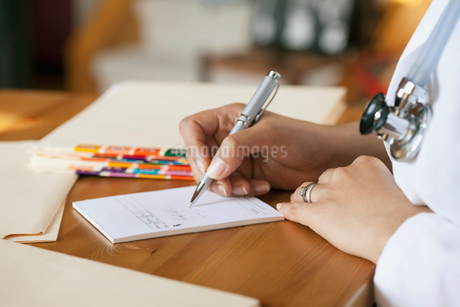 doctor writing out prescriptionの写真素材 [FYI02288325]