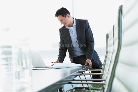 Businessman using laptop in board roomの写真素材 [FYI02288368]