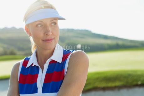 portrait of pretty, blonde female golfer gazing offの写真素材 [FYI02288376]