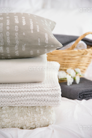 Close-up of folded bedding on bed.の写真素材 [FYI02288394]