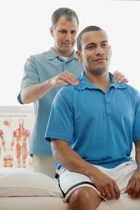 male patient receiving a chiropractic adjustmentの写真素材 [FYI02288408]