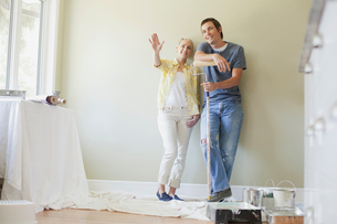 mid adult couple getting ready to paintの写真素材 [FYI02288428]