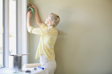pretty, mid adult woman prepping to paintの写真素材 [FYI02288433]