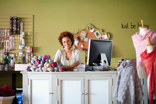 business owner of yarn shop at counterの写真素材 [FYI02288494]