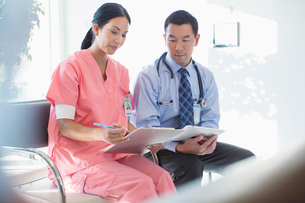 doctor and nurse reviewing medical chart togetherの写真素材 [FYI02288496]