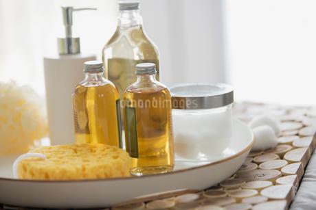 Still of bathroom lotions, soap and cottonballs.の写真素材 [FYI02288508]