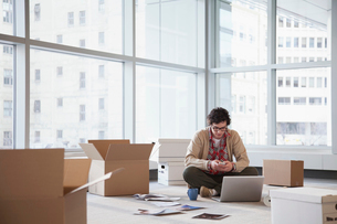 young businessman unpacking officeの写真素材 [FYI02288581]