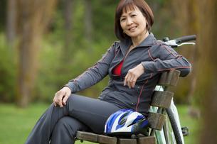 mature woman sitting on park benchの写真素材 [FYI02288616]