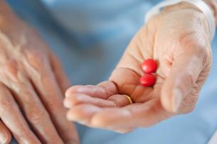 closeup of hands holding pillsの写真素材 [FYI02288617]