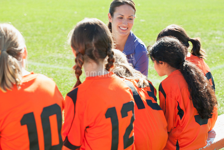 Soccer girls team listening to coach.の写真素材 [FYI02288632]