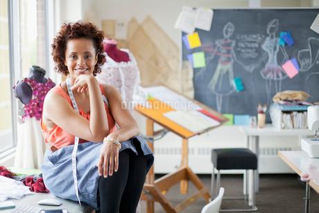 pretty, fashion designer posing in studioの写真素材 [FYI02288665]