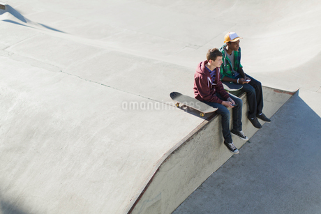view from above of two teenage boys at skate-parkの写真素材 [FYI02288688]
