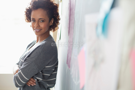 portrait of fashion designer in studioの写真素材 [FYI02288705]
